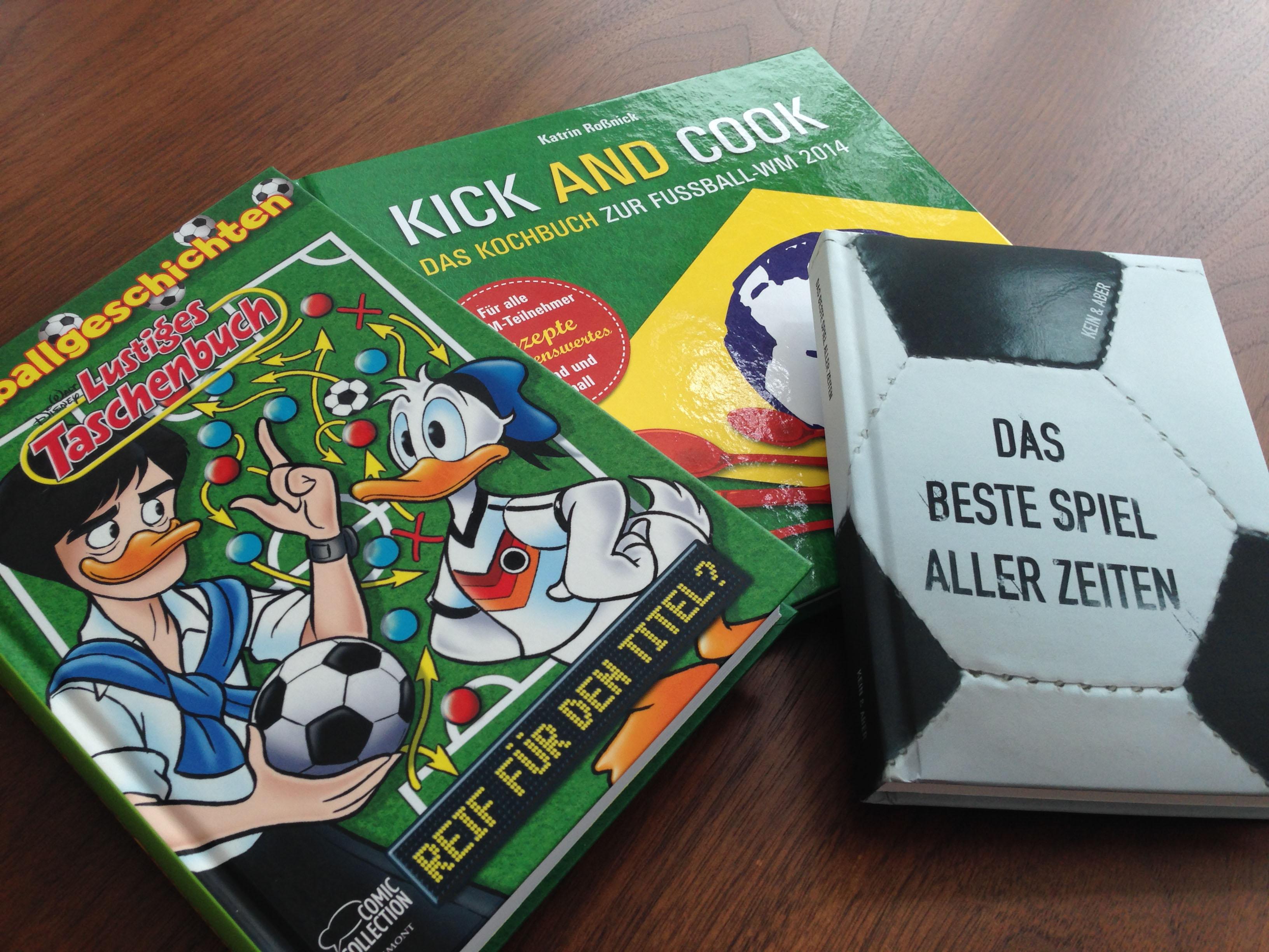 Drei Cover von Büchern zur WM